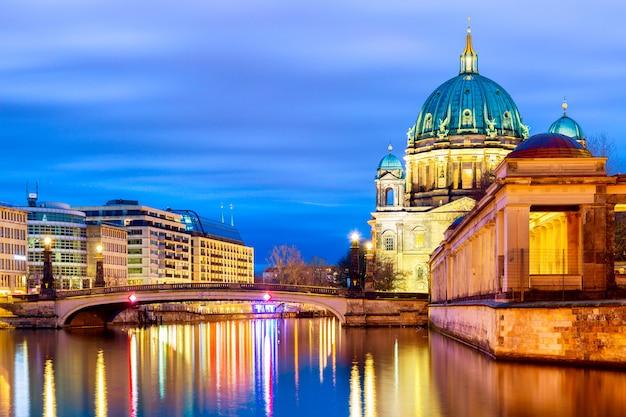 Catedral de berlín berliner dom en la noche. Foto Premium