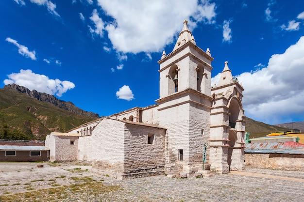 Catedral católica en la ciudad de chivay en perú. Foto Premium