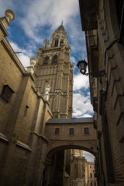 Catedral de toledo, con arco de entrada y poste de luz en un día soleado. Foto Premium