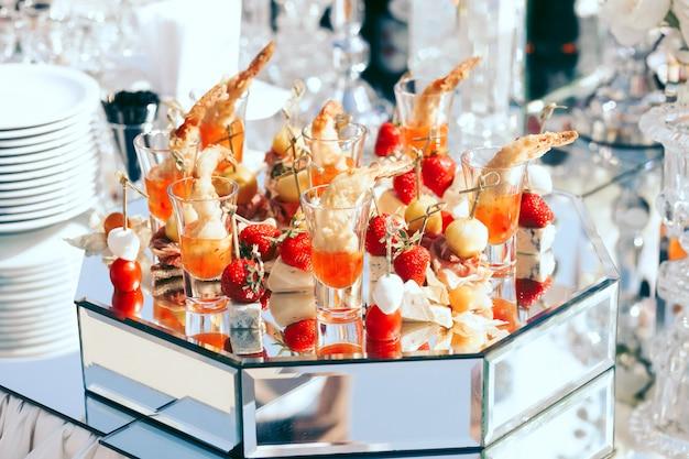 Catering para bodas con fresas, queso mozarella y tomates cherry Foto gratis