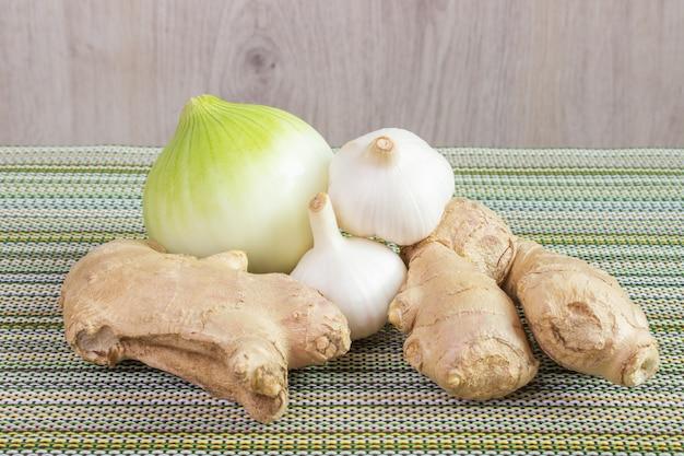 Cebolla, bulbo de ajo y jengibre. Foto Premium