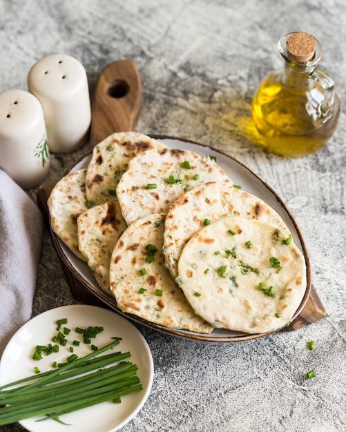 Cebolla pan indio pita naan en un plato Foto Premium
