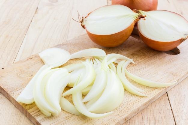 Cebollas enteras y en rodajas. Foto Premium