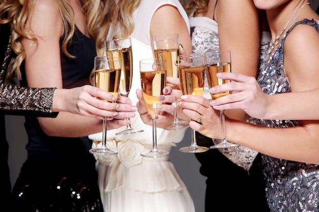Celebración de año nuevo con una copa de champán. Foto gratis