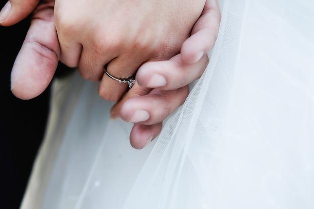 819e229d9 Celebración de las manos de recién casados novios cogidos de la mano.