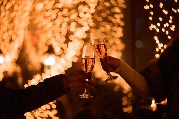 Celebración o fiesta. amigos con copas de champán haciendo un brindis Foto Premium