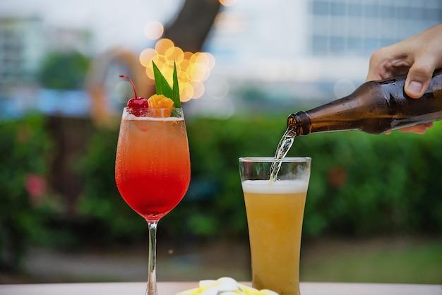 Celebración de personas en restaurante con cerveza y mai tai o mai thai Foto gratis