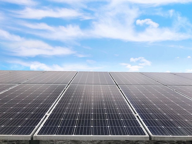 Células solares, energía futura, panel solar contra el cielo azul, energía energética Foto Premium