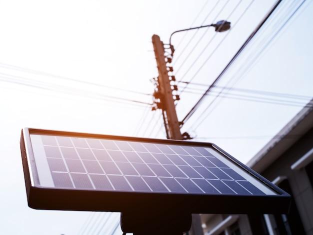 Células solares, pequeños paneles solares en poste, electricidad a partir de la luz solar, la energía es limpia, reducen el calentamiento global. Foto Premium