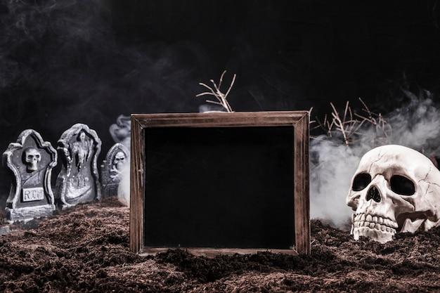 Cementerio nocturno con calavera y letrero negro Foto gratis