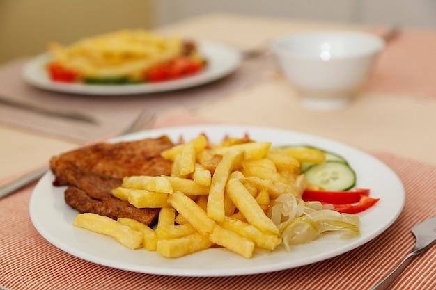 Cena dieta chips de comer carne de res plato franc s for Cena en frances