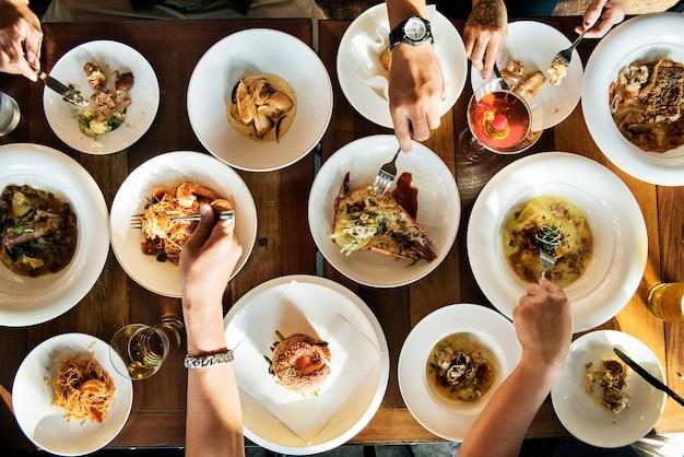Cena mesa llena de opciones. Foto gratis