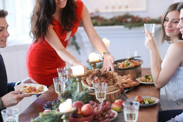 Cena de navidad con la familia Foto gratis