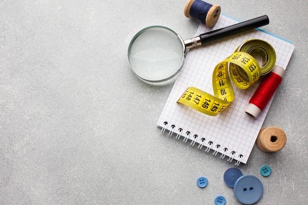Centímetro para coser y lupa con espacio de copia Foto gratis