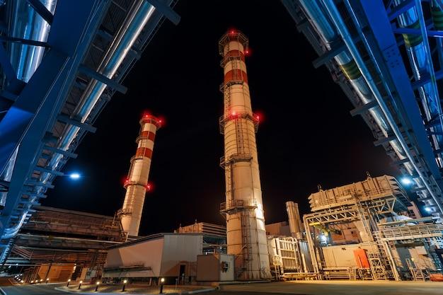 Central eléctrica en la noche producción neta de gas Foto Premium