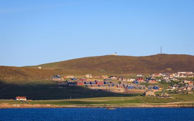 Centro de la ciudad de lerwick bajo cielo azul, lerwick, shetland Foto Premium