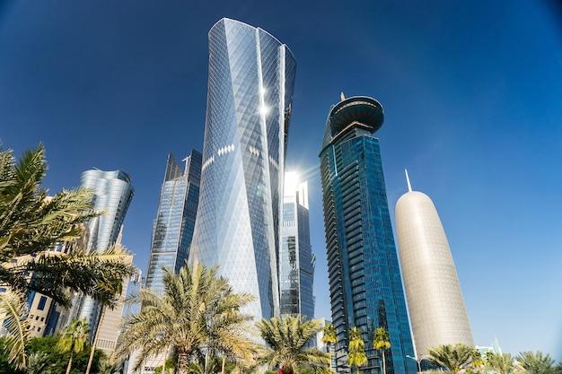 Centro de la ciudad moderna con torres y rascacielos en el cielo soleado. doha, qatar . Foto Premium