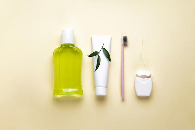 Cepillo de dientes con enjuague bucal en amarillo Foto Premium