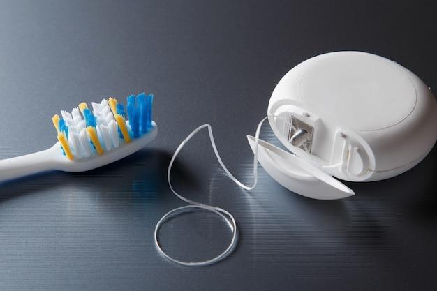 Cepillo de dientes y hilo dental Foto Premium