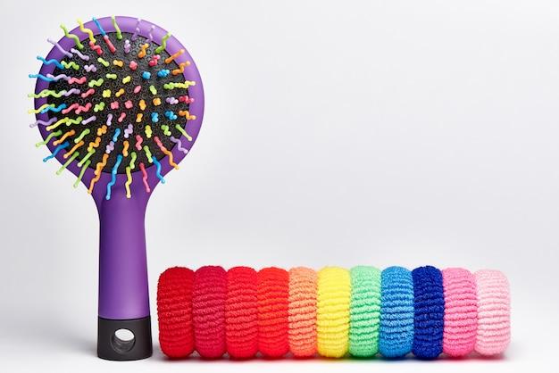 Cepillo de pelo multicolor brillante con bandas elásticas para el cabello. Foto Premium