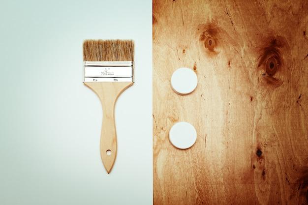 Cepillo de renovación con papel y textura de madera. Foto Premium