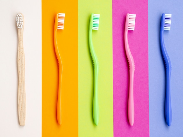 Cepillos de dientes coloridos en colores de fondo Foto gratis