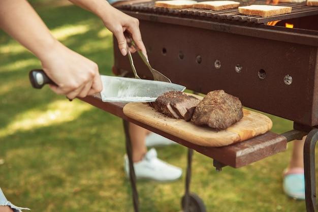 Cerca de asar carne, barbacoa, estilo de vida de verano Foto gratis