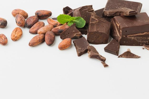 Cerca de la barra de chocolate machacado Foto gratis
