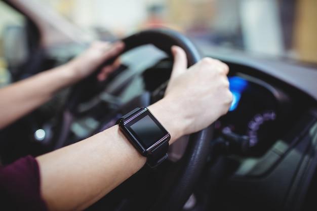 Cerca del conductor con reloj inteligente en furgoneta Foto Premium