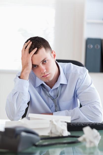 Cerca del empresario está descontento con la contabilidad ...