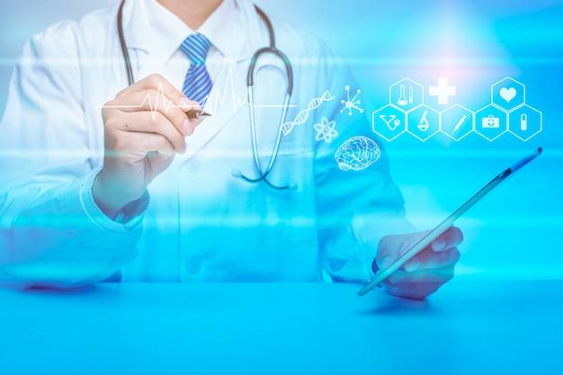 Cerca del doctor está mostrando datos de análisis médicos, concepto de tecnología médica Foto Premium