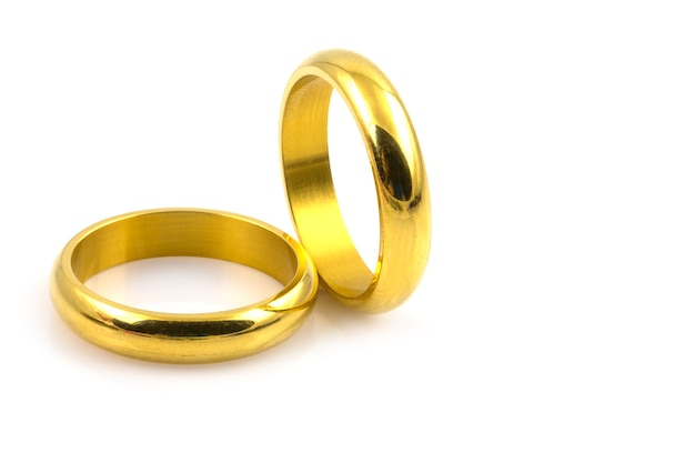 4b4799de5863 Cerca de dos anillos de oro para la boda aislada sobre fondo blanco ...