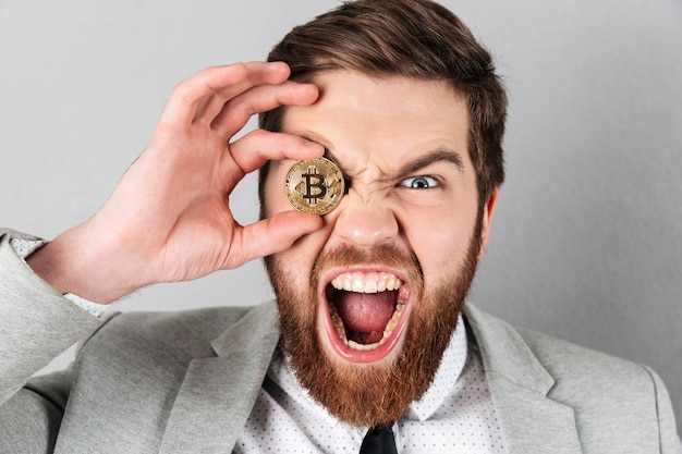 Cerca de un empresario gritando Foto gratis