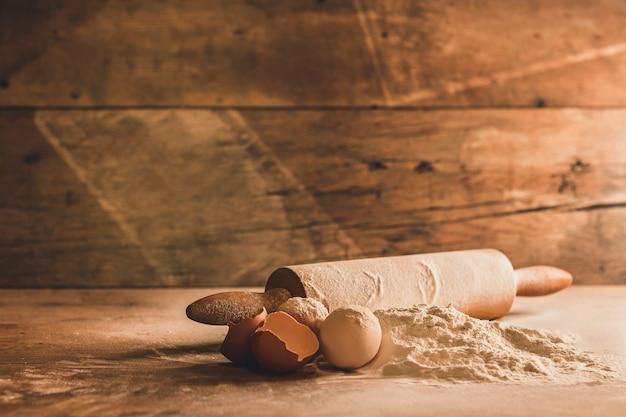 Cerca de ingredientes para hornear en madera Foto gratis