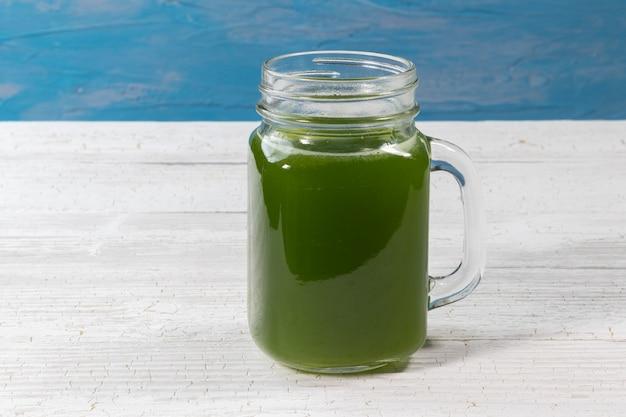 Cerca de jugo de apio verde fresco en vidrio Foto Premium