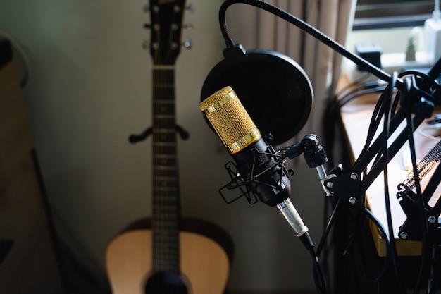 Cerca del micrófono en la estación de trabajo de música, concepto de música Foto Premium