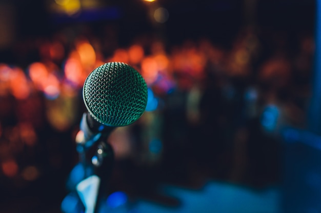 Cerca del micrófono en la sala de conciertos o sala de conferencias. Foto Premium