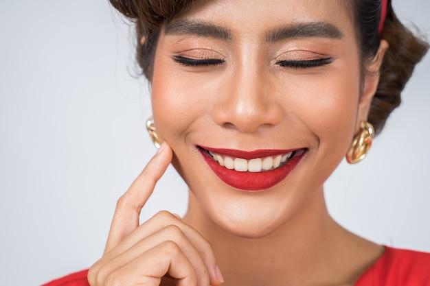 Cerca de moda mujer labios rojos gran sonrisa Foto gratis