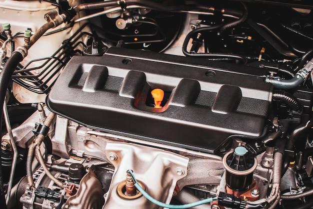 Cerca del motor del coche de cuatro cilindros en un automóvil para el servicio de mantenimiento. Foto Premium