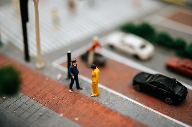 Cerca de la pequeña policía de tránsito inspeccionar a los automovilistas. Foto gratis