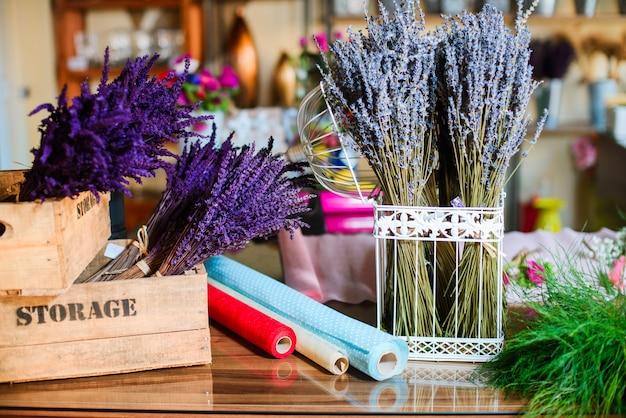 Cerca del ramo de flores de lavanda en una jaula de metal y caja de madera Foto Premium