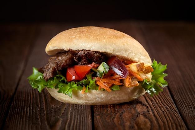 Cerca de sandwich kebab Foto Premium