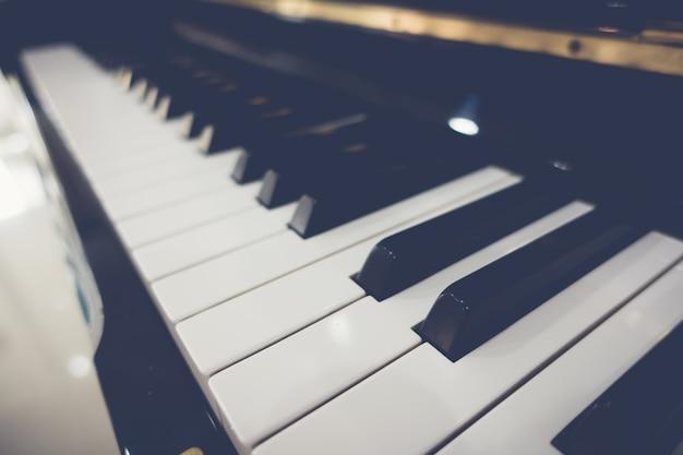 Cerca de las teclas del piano con un enfoque selectivo, proc imagen filtrada Foto gratis