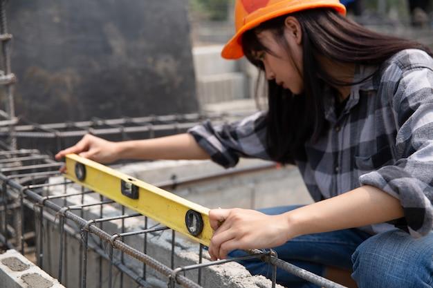 Cerca del trabajador de la construcción en el sitio de construcción Foto gratis