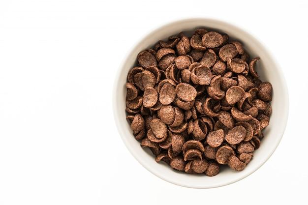 Cereales chocolate en tazón blanco Foto gratis