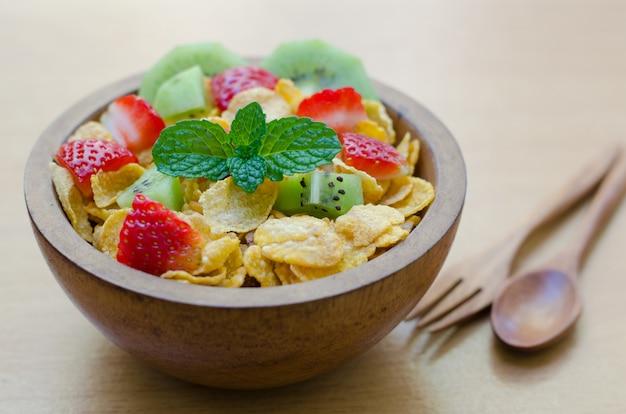 Cereales con fruta en un taz n de madera descargar fotos for Tazon cereales