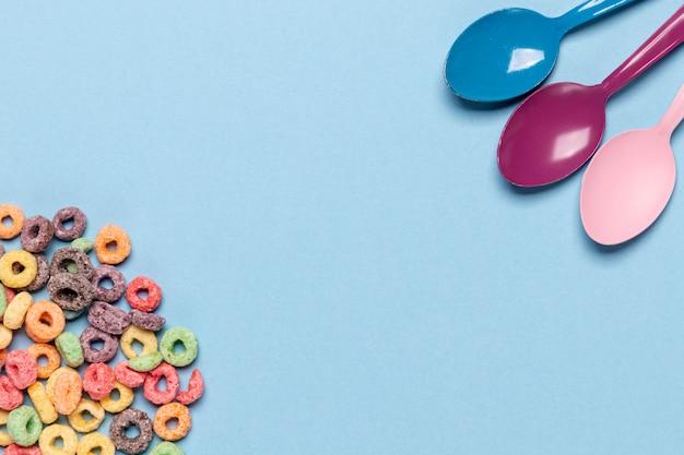 Cereales y cucharas con copia espacio de fondo Foto gratis