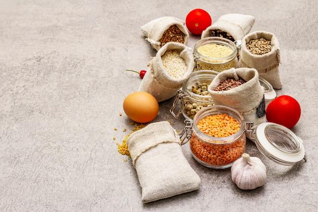 Cereales, pastas, legumbres, champiñones secos y especias. Foto Premium