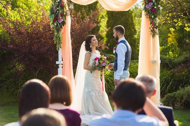 Ceremonia de boda en el jardín al aire libre Foto Premium