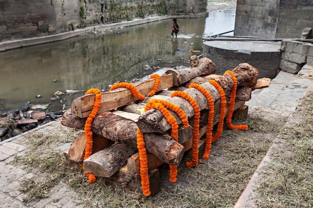 Ceremonia de cremación Foto Premium